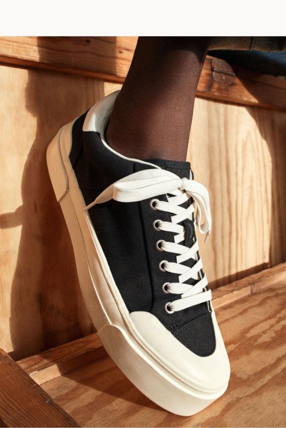 image: H&M представя сътрудничеството си с Good News – устойчива и универсална колекция обувки, вдъхновена от 70-те